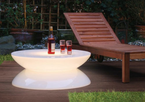 Столик может разместиться и в саду