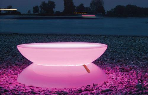 Рассеянный свет столика наполняет загадкой все вокруг