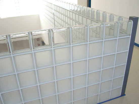 Стеклоблоки можно использовать в качестве перил на лестнице