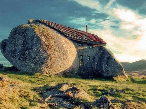 Дом из каменной глыбы
