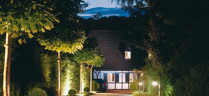 Садовое освещение с помощью декоративных светильников