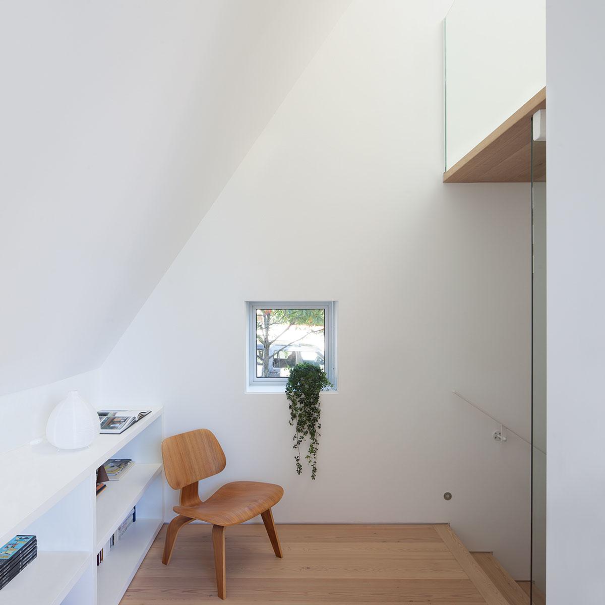 Асимметричный дом с современными интерьерами в Канаде