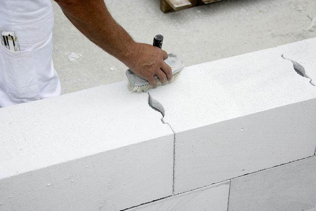 Строительство из газобетона, укладка фундамента