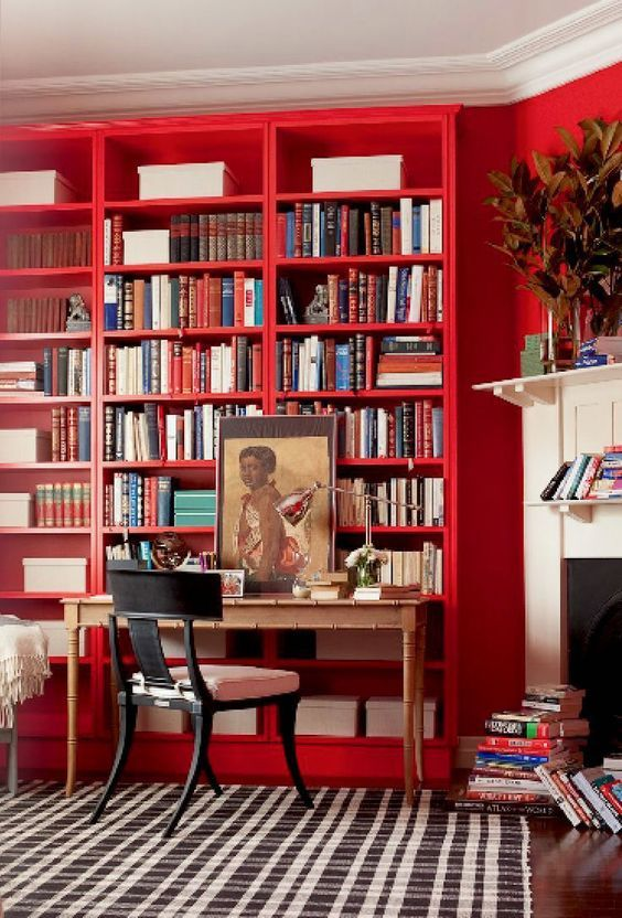 Книжные полки над столом