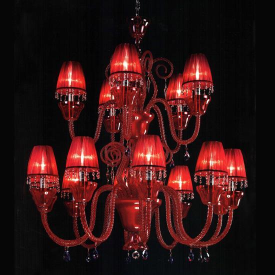Багрово-красная люстра придает комнате таинственность