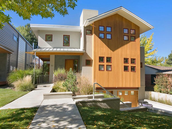 Проект большого двухэтажного дома с фасадами из древесины