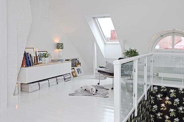 Интерьер двухэтажной квартиры с мансардой в скандинавском стиле