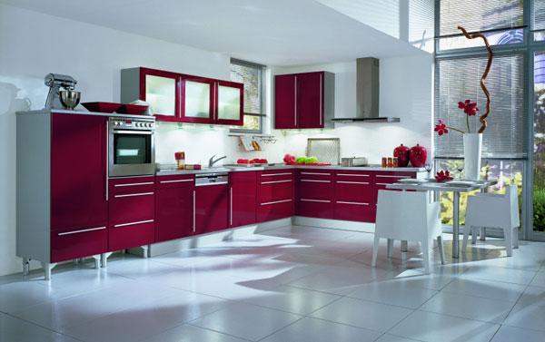 Современная кухня в бордовом цвете