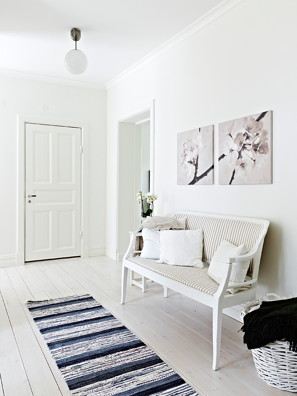 Интерьер квартиры в белом цвете с перегородкой из кирпичной кладки