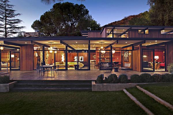 Одноэтажный особняк La Cañada Mid-Century в живописных предгорьях Калифорнии