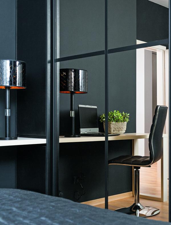 Черно-белая спальня в современном стиле с рабочим уголком