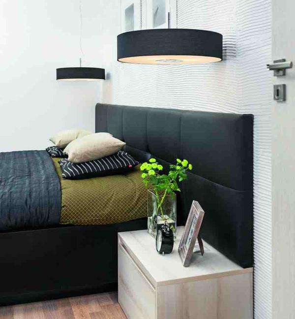 Черно-белый интерьер спальни в современном стиле с рабочим уголком