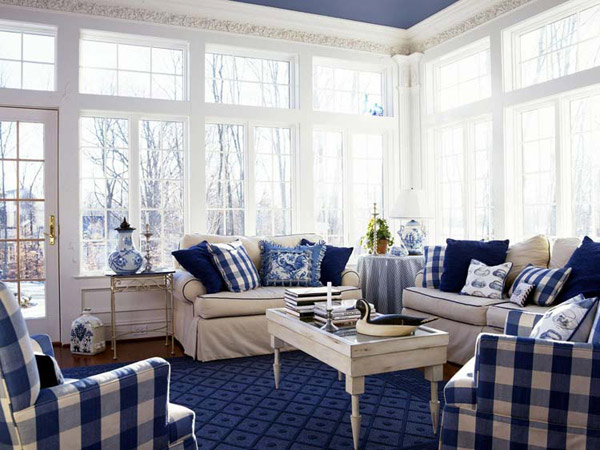 Синие акценты (подушки, ковер) в белом интерьере