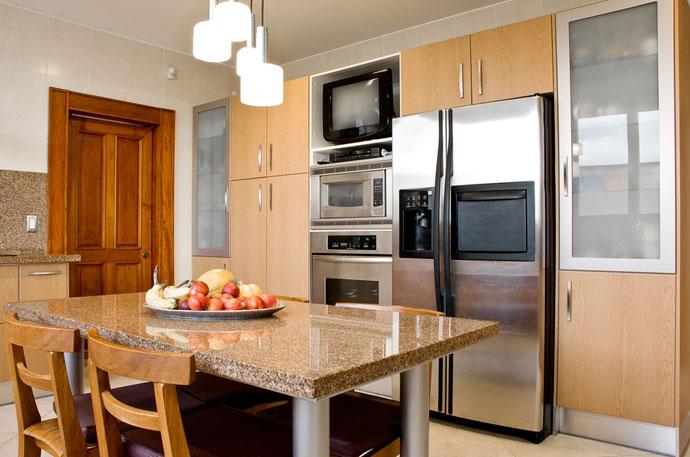 Холодильник на кухне. ФОТО