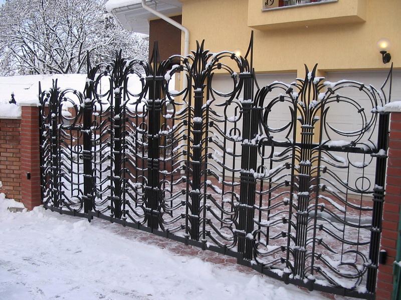 Заборы для дачи: кованые, деревянные и другие разновидности