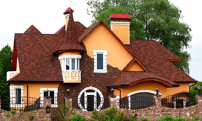 Красивый дом с необычной крышей