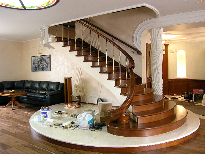 Гнуто-клееная лестница в доме