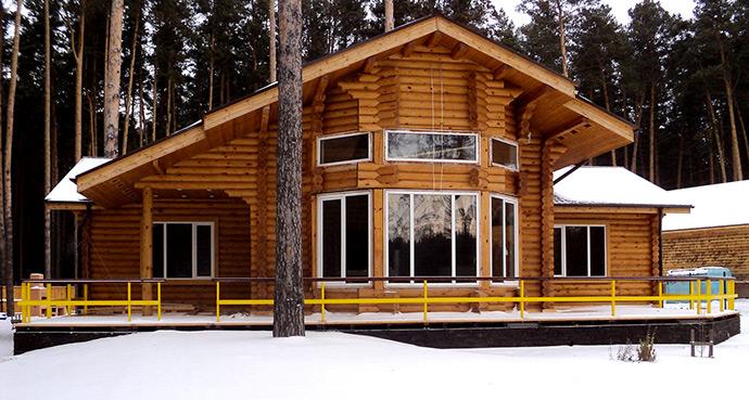 Рубленный дом с высокими потолками и большими окнами. Большой рубленный дом