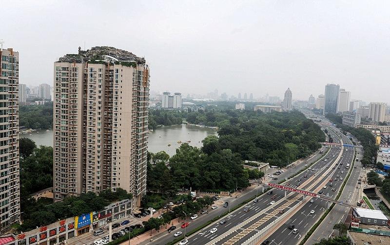 Китайский профессор соорудил горную виллу на крыше многоэтажки
