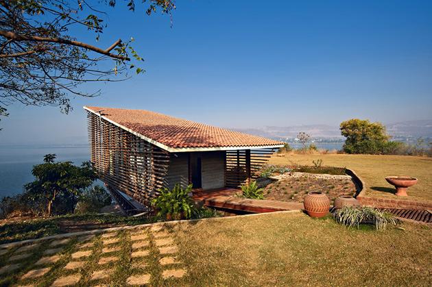 Берлога дауншифтера: экологичный дом у озера в Индии