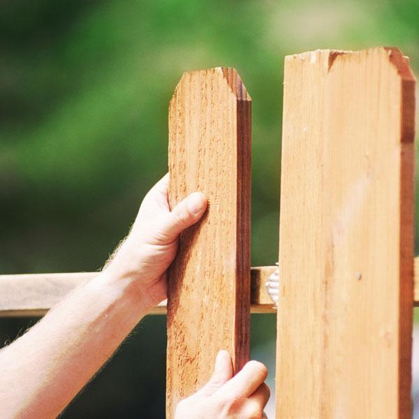 Бюджетный вариант ограждения - деревянный забор
