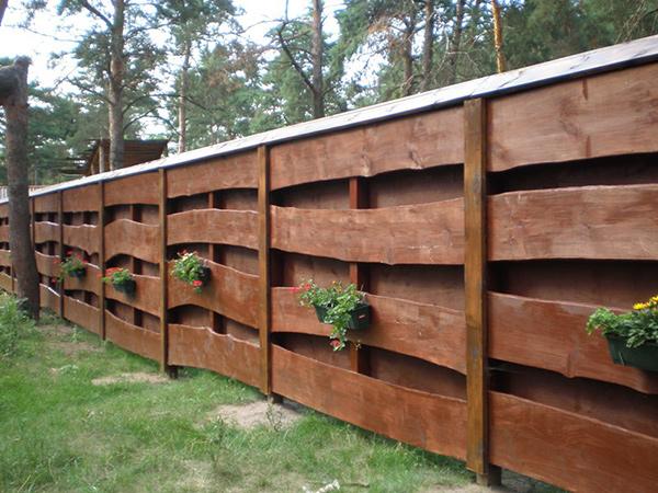 Деревянный забор: основные преимущества перед кирпичным