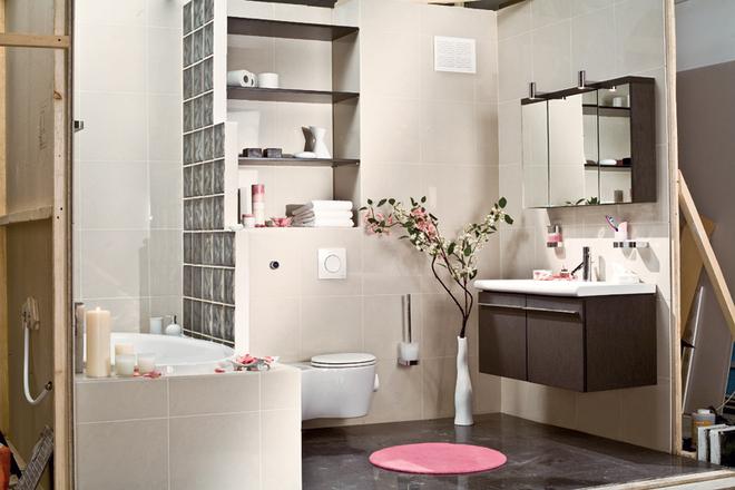 Стеклянные раздвижные шторы в ванной: их особенности и правила монтажа