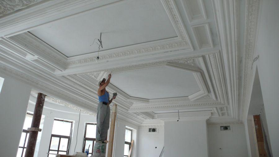 Выбираем отделку потолка в гостиной