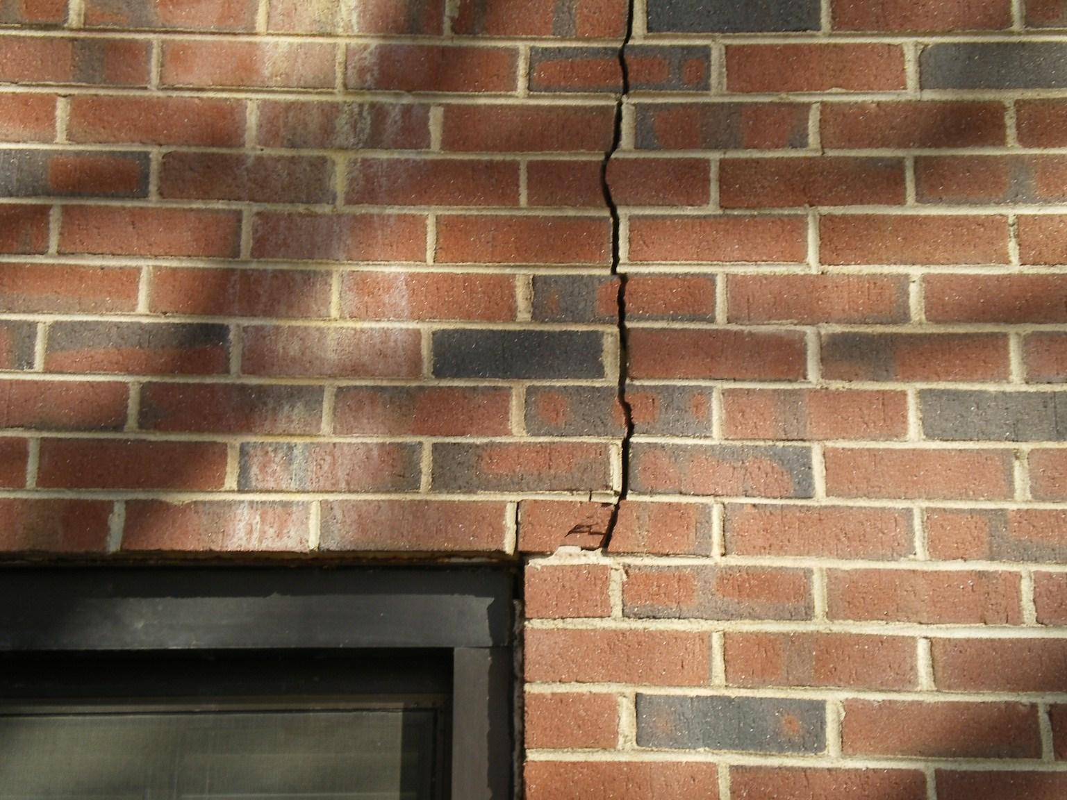 Как заделать трещины и дыры в стене