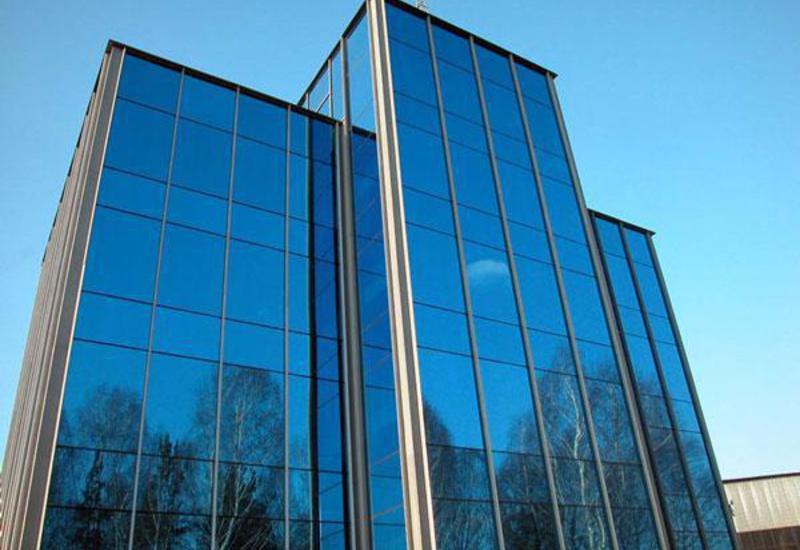 На фото здание с алюминиевыми витражами.