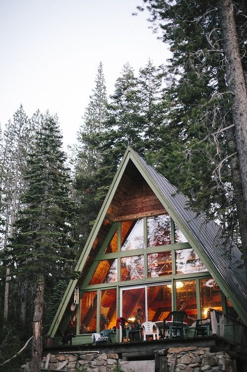 А-образный дом с большими окнами