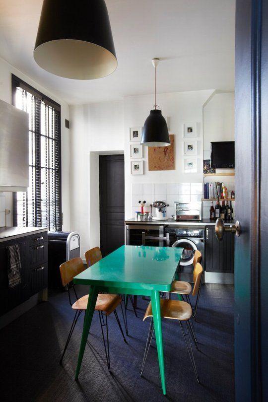Яркий стол на кухне