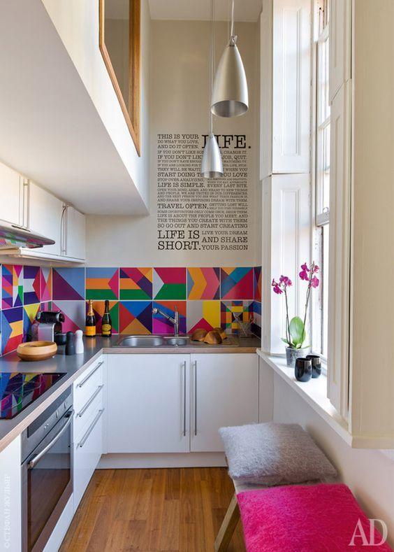 Яркая плитка на кухне