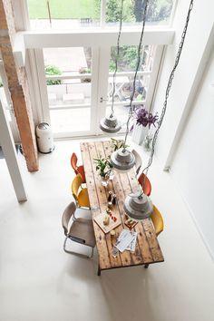 Деревянный обеденный стол