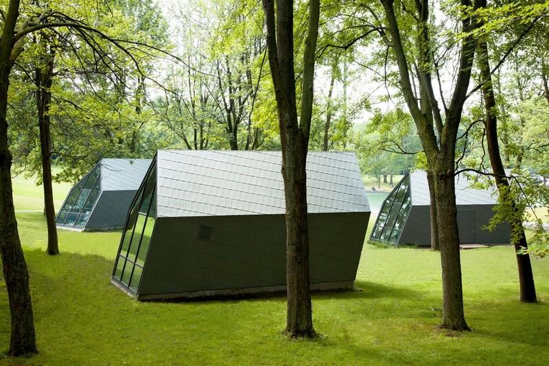 Эффект движения: миниатюрные павильоны с наклонным дизайном